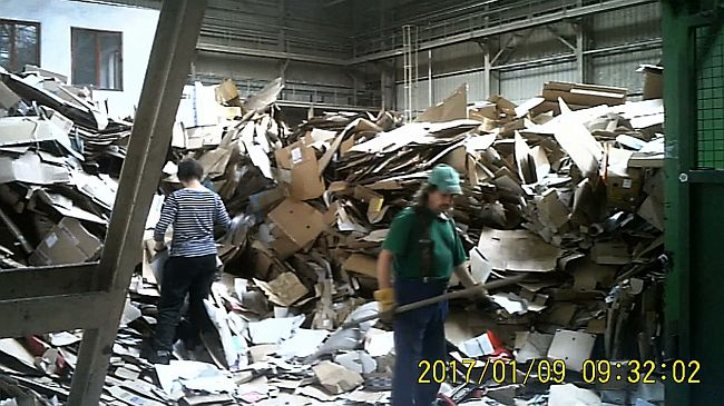 U tvornici za obradu otpada, snimljeno skrivenom kamerom koju je Saša stalno nosila sa sobom (FOTO: Apolena Rychlíková/Češka televizija)
